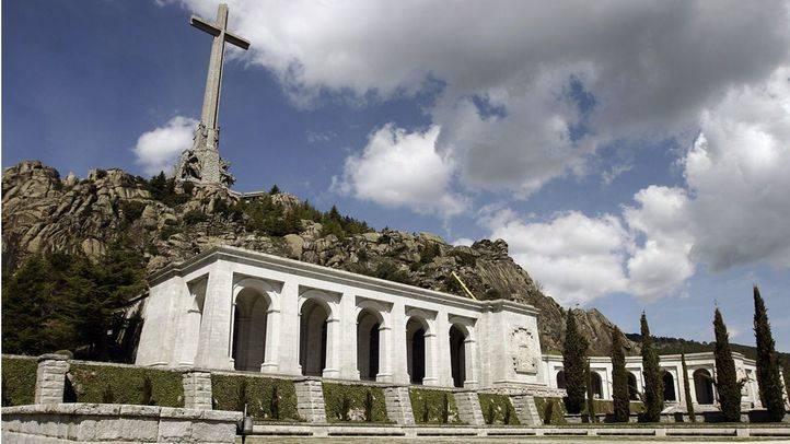 El PSOE baraja fondos para abrir fosas y exhumar a Franco del Valle de los Caídos