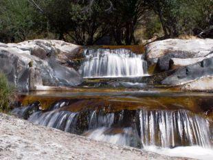 Un salto de agua al lado de la Charca Verde.