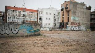Decenas de rumanos viven en la calle de la Oca guardando sus pertenencias en descampados