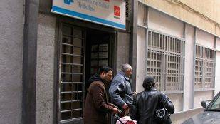 Inmigrantes salen de un centro de salud en Lavapiés