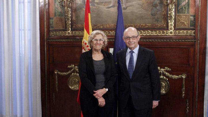 Reunión entre Cristóbal Montoro, ministro de Hacienda, y Manuela Carmena, alcaldesa de Madrid. (Archivo)