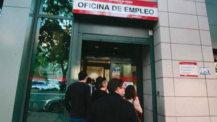 Gente esperando en una oficina de empleo