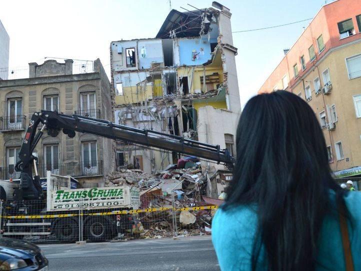 Una de las afectadas por el derrumbe en Tetu�n mira al edificio