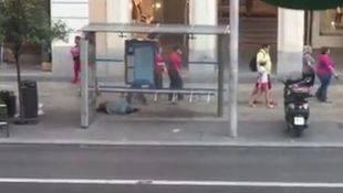 Nadie se detiene ante una mujer tumbada e inmóvil en plena Gran Vía