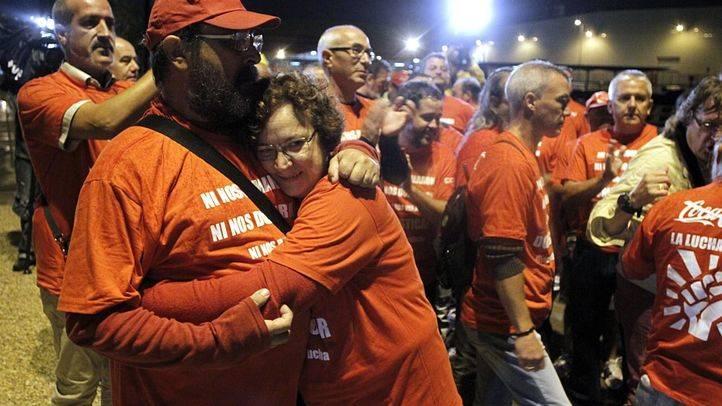 Los trabajadores afectados y readmitidos por el ERE de la fábrica de Coca-Cola entran a su puesto de trabajo