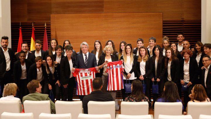 Carmena también recibe a las campeonas del Atlético de Madrid
