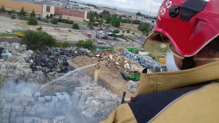 Los bomberos del Ayuntamiento de Alcorcón sofocan un incendio en una planta de reciclaje de papel.