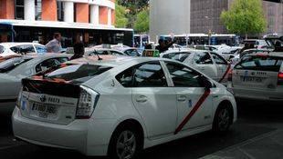 Carmena estudia bonos para taxis y un 'BiciMAD' con coches eléctricos