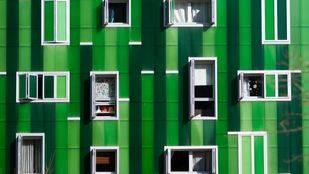 Ventanas de un edificio de vivienda en la avenida del Ensanche de Vallecas. (Archivo)