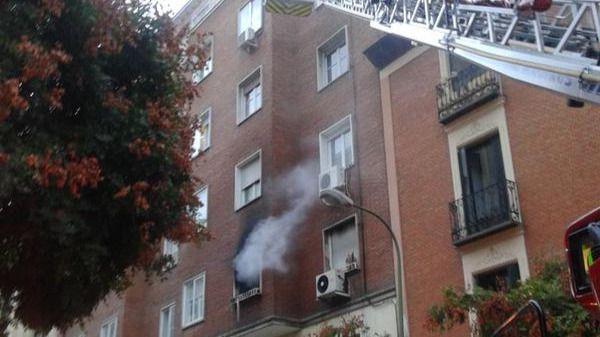 Una mujer muerta y un niño intoxicado en un incendio en Chamberí
