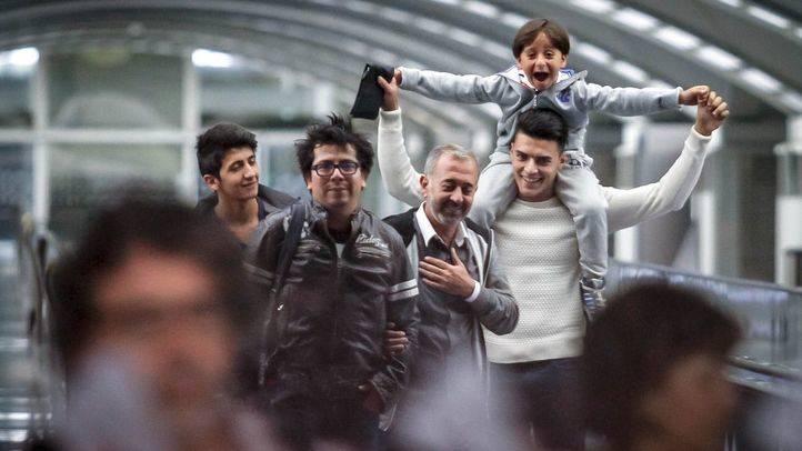 El refugiado sirio Osama Abdul Mohsen y sus dos hijos llegan a la estación de Atocha
