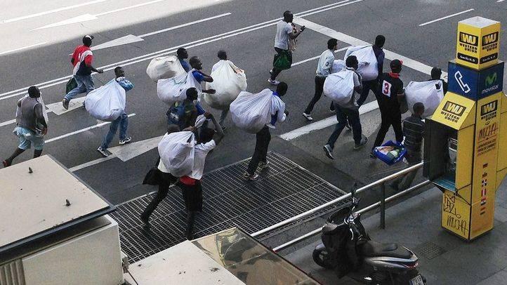 Un grupo de manteros a la fuga por Gran Vía