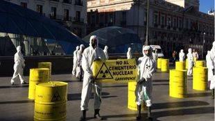 Greenpeace instala bidones radiactivos falsos en Sol contra el cementerio nuclear de Villar de Cañas