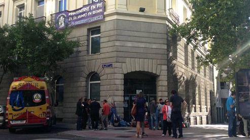 Dos policías heridos en el desalojo de los okupas neonazis en la antigua sede de Forum Filatélico