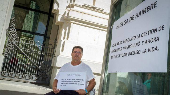 Antonio Pérez Quijano inicia una huelga de hambre a las puertas del Ayuntamiento de Madrid al ser afectado por la paralización del desarrollo urbanístico de los Berrocales.