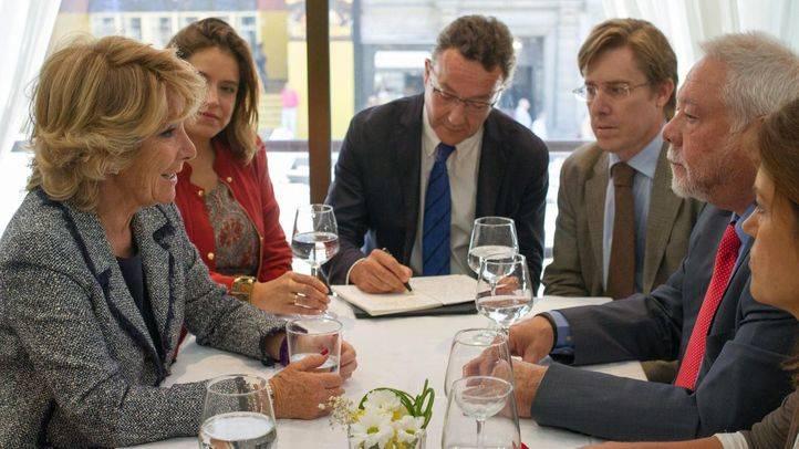 Esperanza Aguirre se reune con una asociación de comerciantes de la Gran Vía.