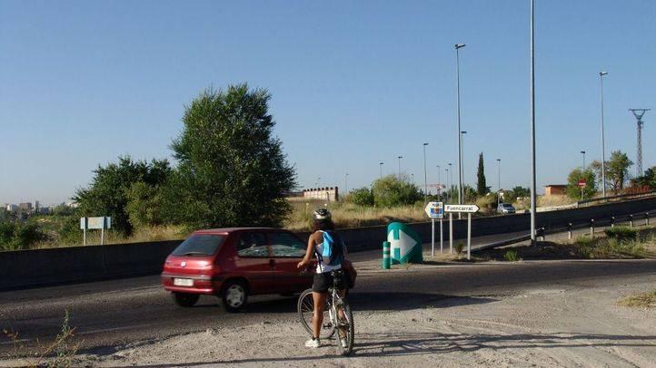 Ciclista tratando de cruzar en la carretera de Alcobendas