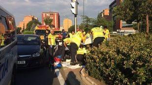 Los equipos de Emergencias atendiendo al hombre atropellado
