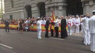 400 civiles juran la bandera española en el Paseo del Prado