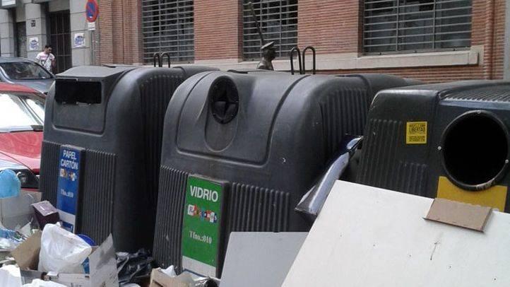 Aguirre pide que la Policía Municipal multe a los edificios con vecinos que tiran la basura fuera del contenedor