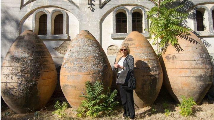 Manuela Carmena posa junto a las vasijas de aceite en la finca Torre Arias.
