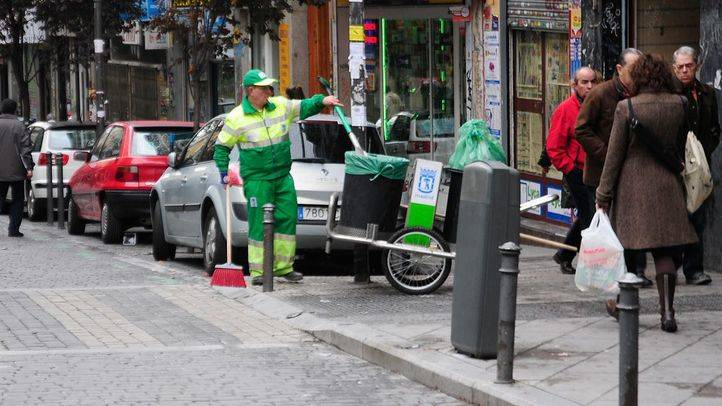 Un barrendero recoge basura de las calles de Lavapiés una vez acabada la Huelga de Limpiezas