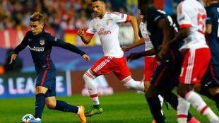 Aficionados del Benfica lanzan bengalas a seguidores del Atlético de Madrid