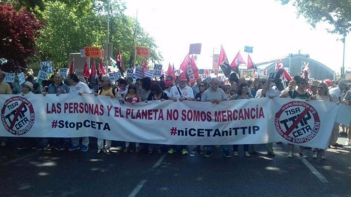 La manifestación se ha celebrado bajo el lema 'La Democracia y los Servicios Públicos no se venden, se defienden'