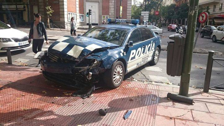 Coche de policía accidentado.