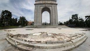 Desperfectos en el Arco de la Victoria de Moncloa.