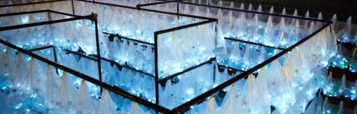 Botellas de plástico para construir el laberinto luminoso