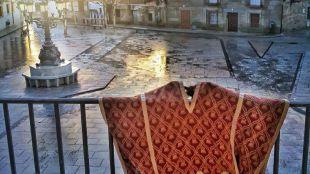 Atuendo que un miembro de la Hermandad de San Sebastián se coloca para convertirse en 'La Vaquilla de Los Molinos'