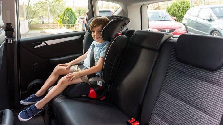 Menor en una silla de coche