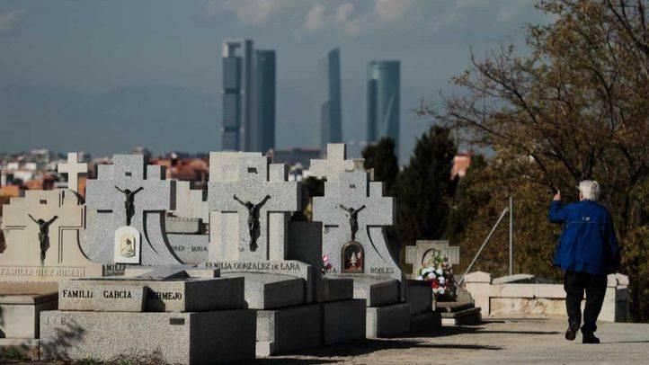 Se refuerza el número de autobuses a los cementerios este fin de semana
