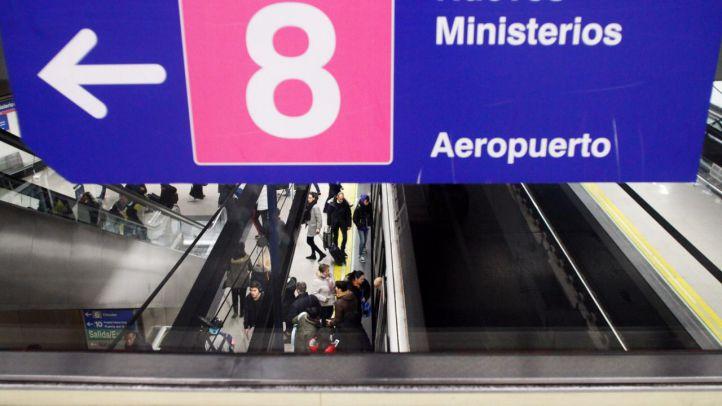 Viajeros utilizando la línea 8 del Metro de Madrid.