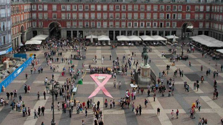 Lazo floral en la Plaza Mayor con motivo del Día Mundial contra el cáncer de mama (archivo)