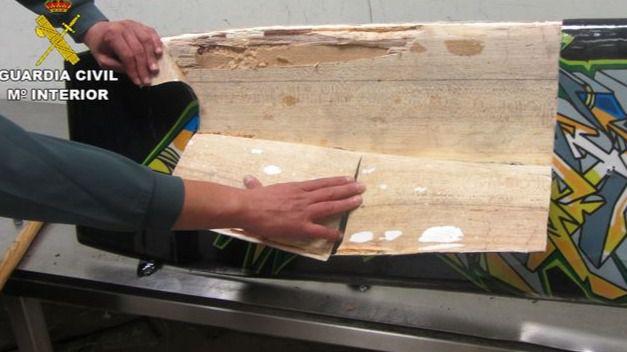 Detenidos en Barajas por intentar introducir droga en tablas de kitesurf, alimentos y bolsos