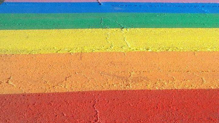 Paso de peatones con los colores de la bandera arcoíris (Archivo)