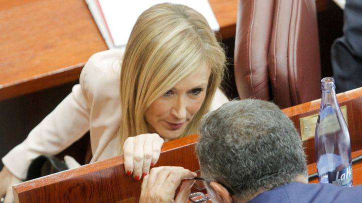 Cristina Cifuentes conversa con Enrique Ossorio.