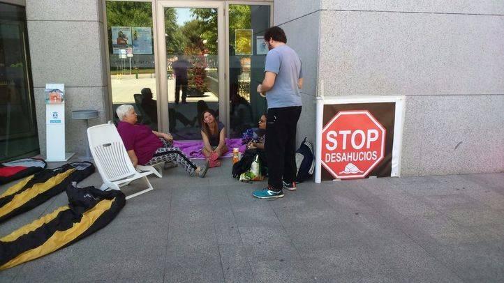 La mujer de Leganés que será desahuciada junto a su hijo con parálisis cerebral acampa frente al Ayuntamiento