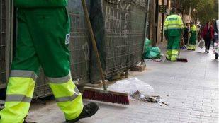 El plan de limpiezas intensivas del Ayuntamiento recala en otros 21 barrios y amplía los equipos de trabajo