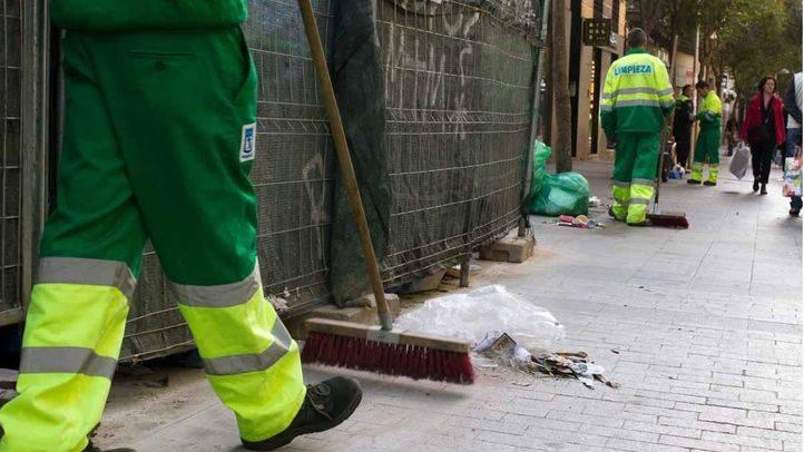 Huelga de limpieza miércoles 21 de noviembre, calle Fuencarral, barrenderos de los servicios mínimos escoltados por la Policía municipal