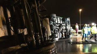 Accidente de tráfico Pinto con semi vuelco de un camión