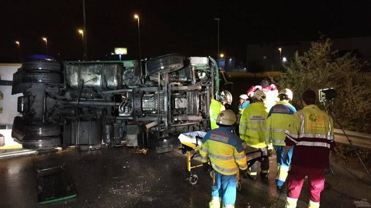 Herido al sufrir su camión un semivuelco en la M-506