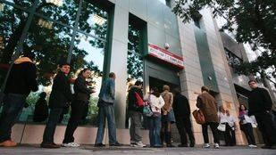 Gente esperando a entrar en una oficina de empleo (Archivo)