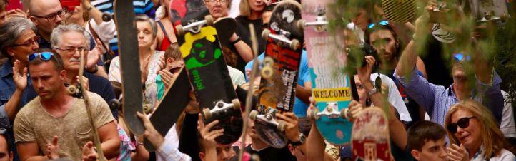 Más de un millar de personas despiden al 'héroe del monopatín'