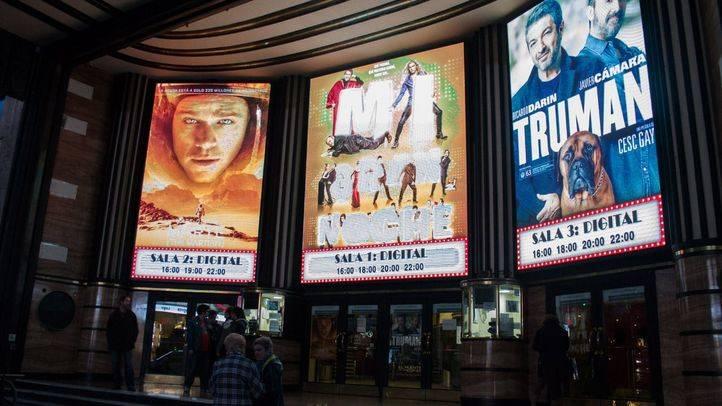 Entrada del cine Capitol, en Gran Vía, el primer día de la Fiesta del Cine.