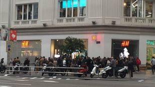 Cientos de personas hacen cola para la nueva colección de Balmain para H&M