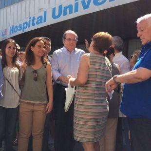 Ángel Gabilondo y Sara Hernández, en la protesta frente al Hospital de Móstoles