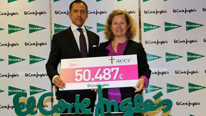 Diego Copado e Isabel Martínez-Noriega en la entrega del cheque.